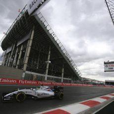 Felipe Massa se enfrenta a la última curva del trazado