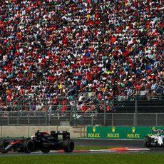 Jenson Button recibe la presión del coche de Valtteri Bottas