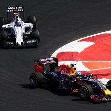 Daniel Ricciardo luchando con Valtteri Bottas