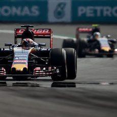 Max Verstappen rodando por delante de Carlos Sainz