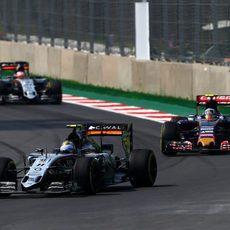 Sergio Perez manteniendo a Sainz y Hulkenberg