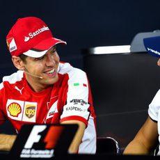 Sebastian Vettel y Felipe Massa bromean durante la rueda de prensa