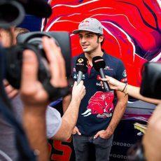 Carlos Sainz atendiendo a la prensa