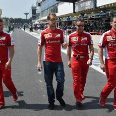 Sebastian Vettel comprobando la pista con sus ingenieros