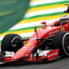Kimi Raikkonen trazando una curva de Interlagos