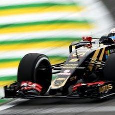 Romain Grosjean apurando los límites de la pista