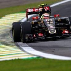 Pastor Maldonado trazando una curva de Interlagos