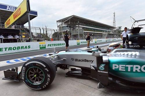 Lewis Hamilton saliendo a la pista