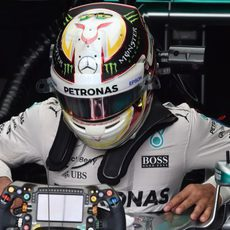 Lewis Hamilton subiéndose a su coche