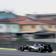 Sergio Pérez rodando con São Paulo al fondo