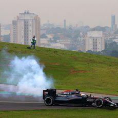 Fernando Alonso rompe el motor de su coche