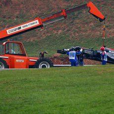 El coche de Fernando Alonso es retirado por la grúa
