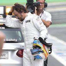 Fernando Alonso volviendo a pie al garaje