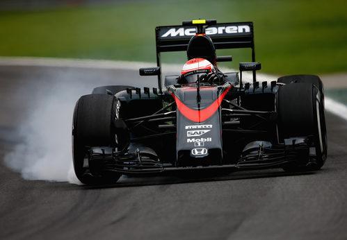 Jenson Button pasándose de frenada