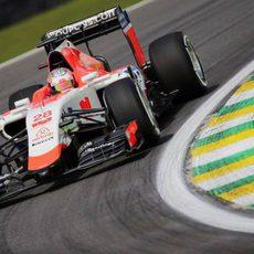 Will Stevens trazando una curva en Interlagos