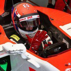 Alexander Rossi preparándose para salir a la pista