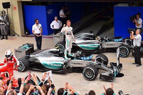 Nico Rosberg celebra la victoria subido en su coche
