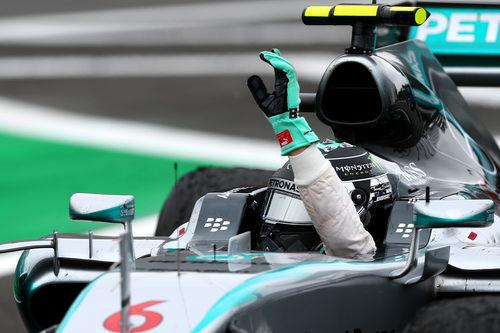 Nico Rosberg saluda desde el coche al ganar en Brasil