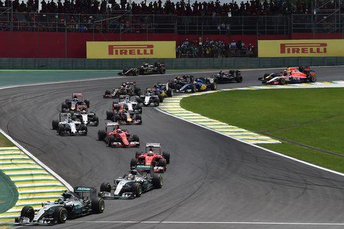 Paso por la primera curva en Interlagos