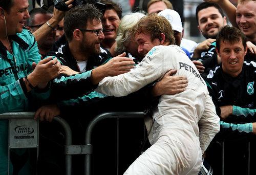 Nico Rosberg abraza a su equipo en Brasil