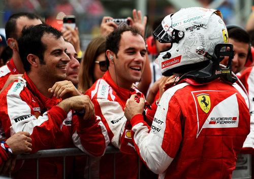 Sebastian Vettel recibe felicitaciones por su podio