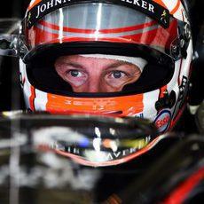 Jenson Button concentrado antes de la sesión clasificatoria