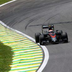 Jenson Button rodando durante la sesión de clasificación