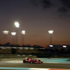 Kimi Räikkönen en el paso por curva en su vuelta lanzada