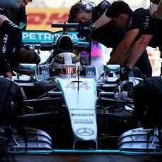Lewis Hamilton cambia neumáticos para mejorar en pista