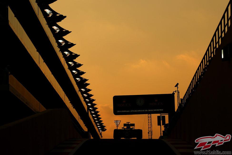 Romain Grosjean sale del pit-lane