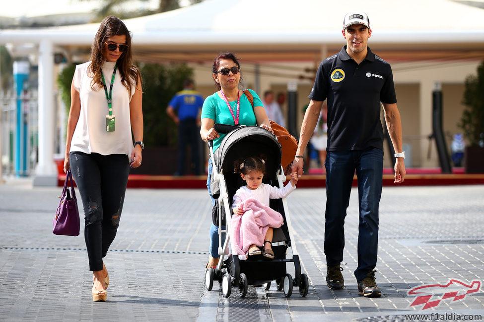Pastor Maldonado llega al paddock con su familia