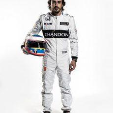 Fernando Alonso con mono y casco para 2016
