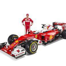 Kimi Raikkonen junto al SF16-H