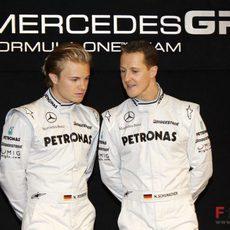 Rosberg y Schumacher charlan ante la prensa