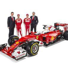 Kimi Raikkonen, Sebastian Vettel, Maurizio Arrivabene y James Allison junto al SF16-H