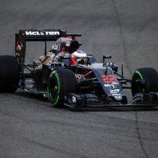 Primeras vueltas para el McLaren que confía mejorar este año