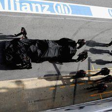 El Renault de vuelta a boxes tras su rotura de motor