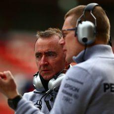Paddy Lowe atento a la actividad en pista