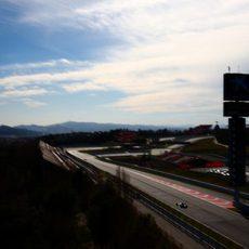 Max Verstappen a lo lejos en el Circuit de Catalunya