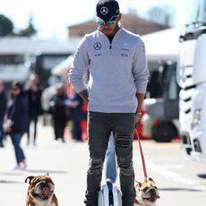 Lewis Hamilton tan extravagante como siempre