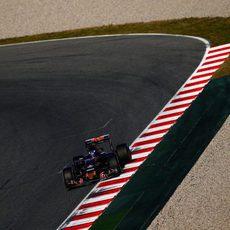 Max Verstappen pasa por la recta principal
