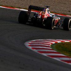 Max Verstappen traza al límite cada curva