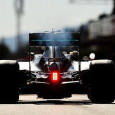 Lewis Hamilton rueda por el 'Pit-lane'