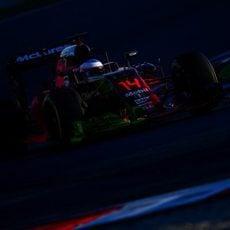 Fernando Alonso rueda con su MP4-31 lleno de parafina