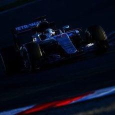 Lewis Hamilton muestra una gran solidez con neumáticos medios