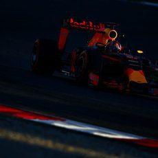 Daniil Kvyat traza una de las curvas de Montmeló
