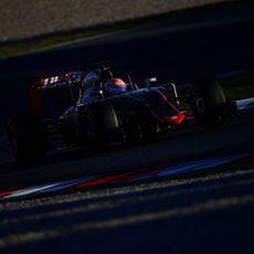 Romain Grosjean rueda con neumáticos superblandos