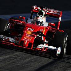 Sebastian Vettel rueda por la calle de boxes