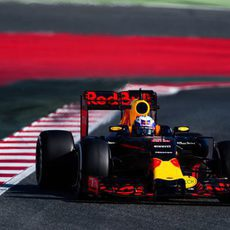 Daniel Ricciardo rueda con neumáticos medios