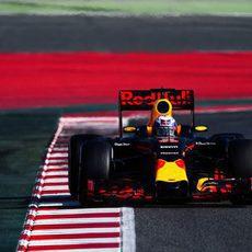 Daniel Ricciardo se acerca a los bordillos